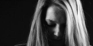 femme irritée à cause des menstruations